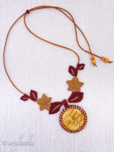 Visakoivua ja ruskan sävyjä nahkanyöriin solmituissa lehdyköissä.